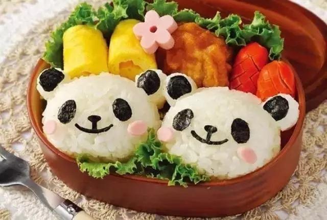 一部分米饭用寿司醋拌匀待用(白色部分),          另一部分图片